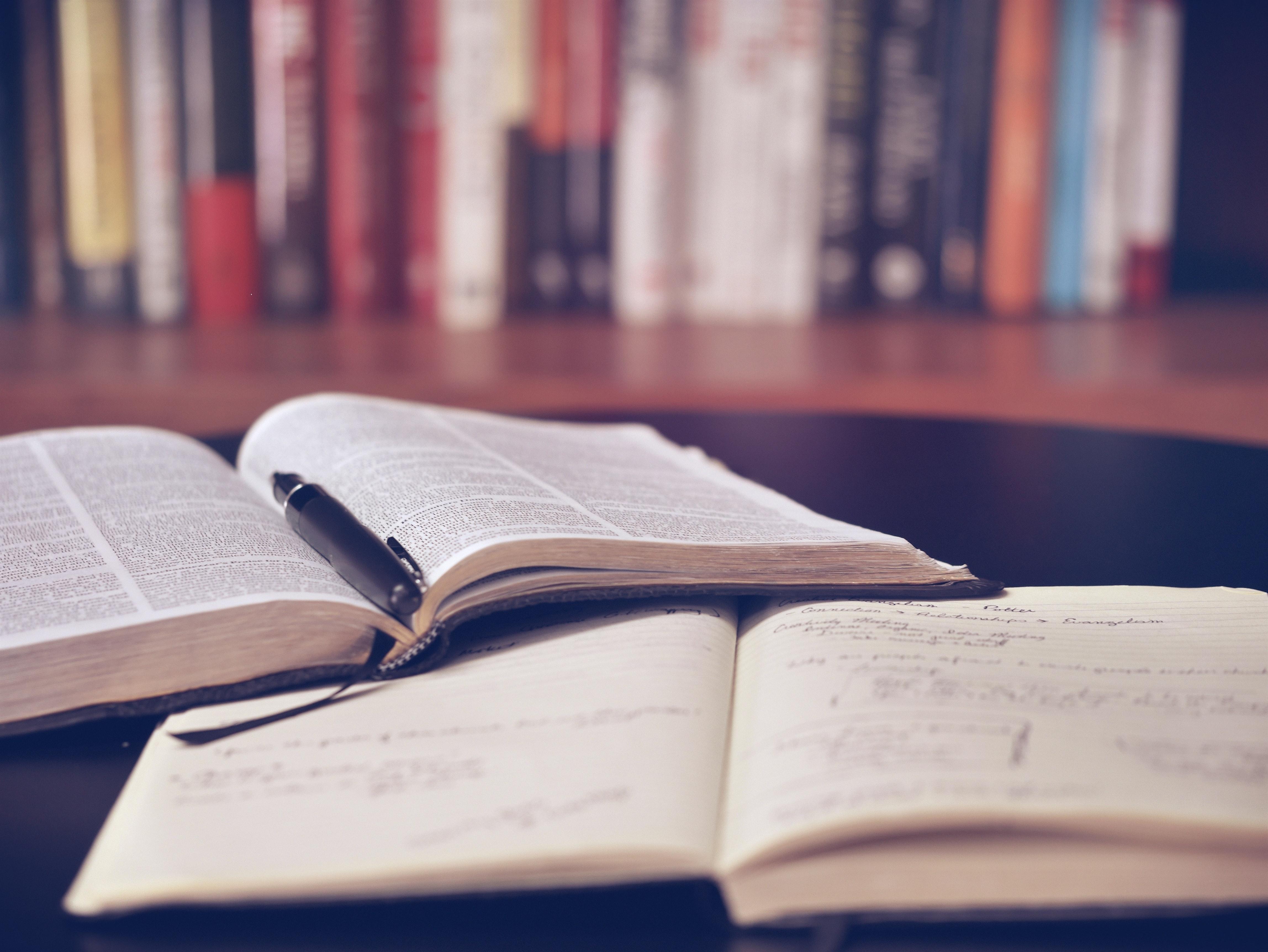 Libros abiertos dentro de una biblioteca