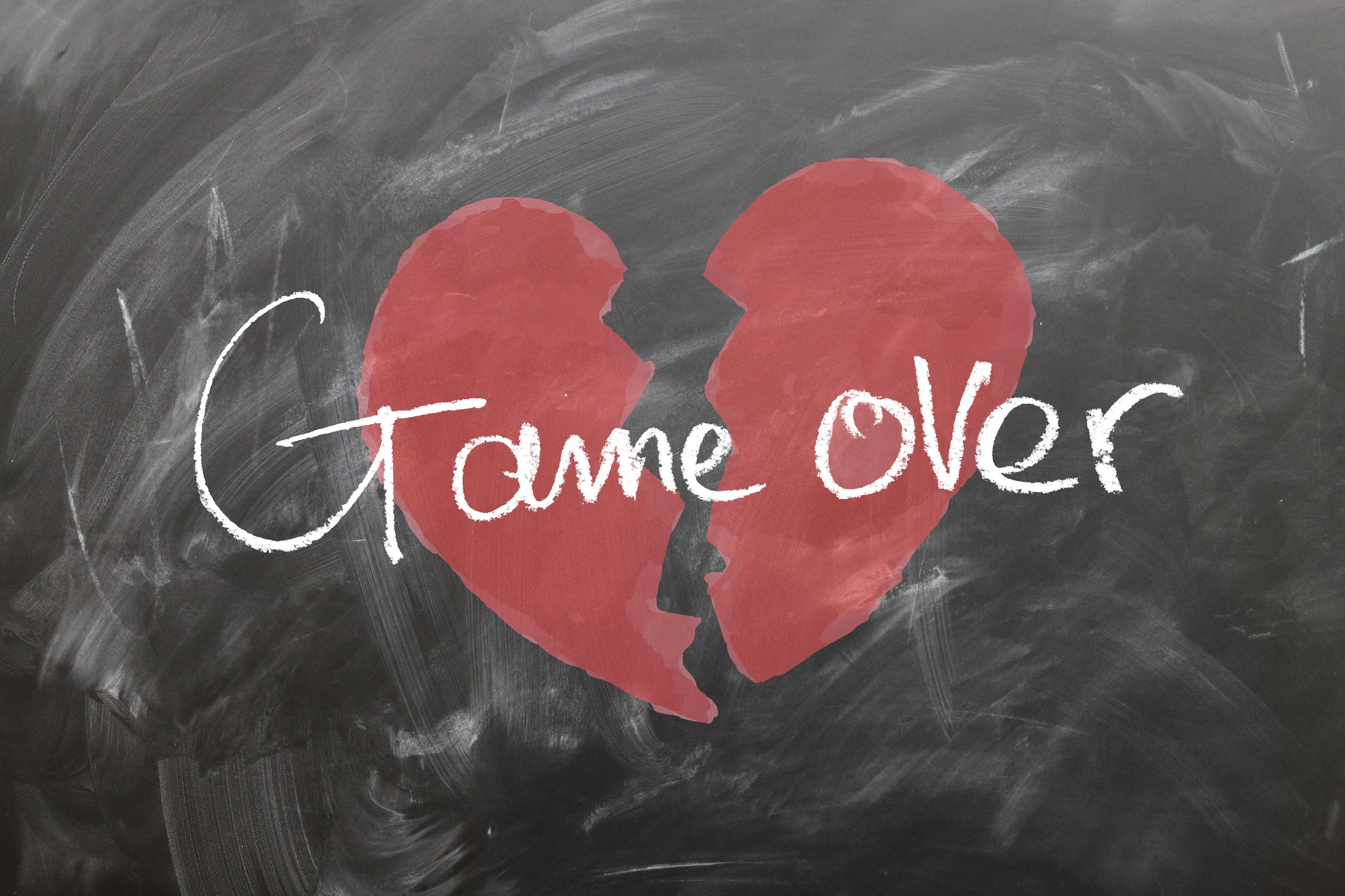 Corazón roto con texto que dice: Game Over
