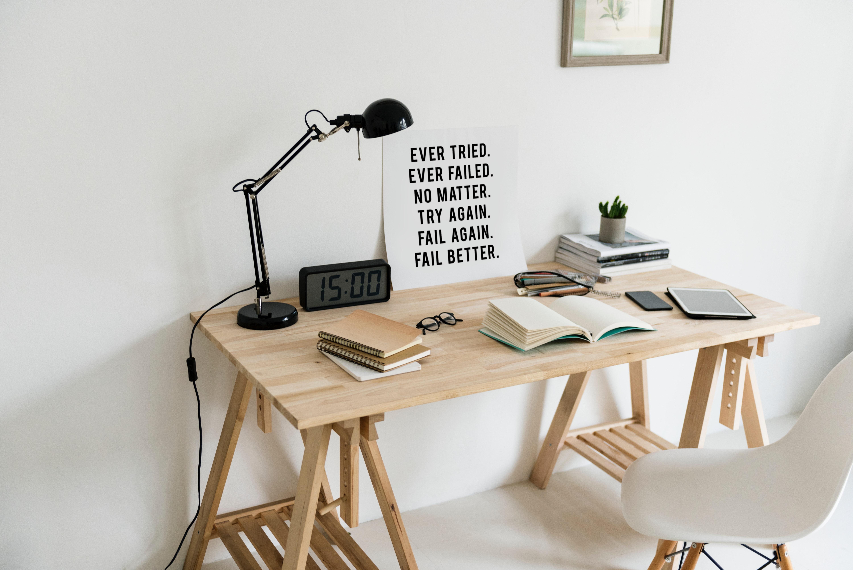 Escritorio de madera con varias cosas encima