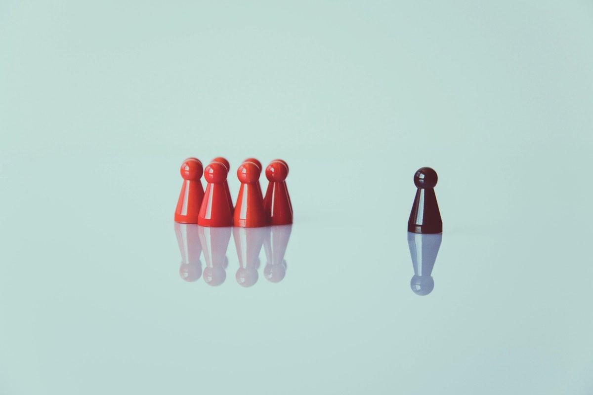 Figuras rojas y una figura café
