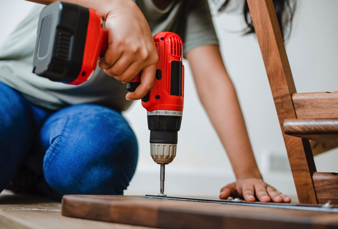 Hombre haciendo arreglos en su casa