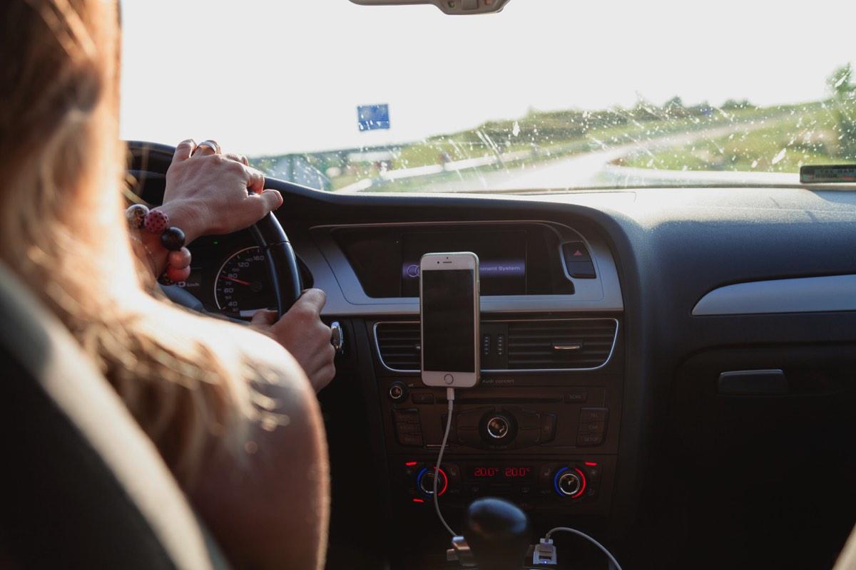 Mujer manejando su taxi