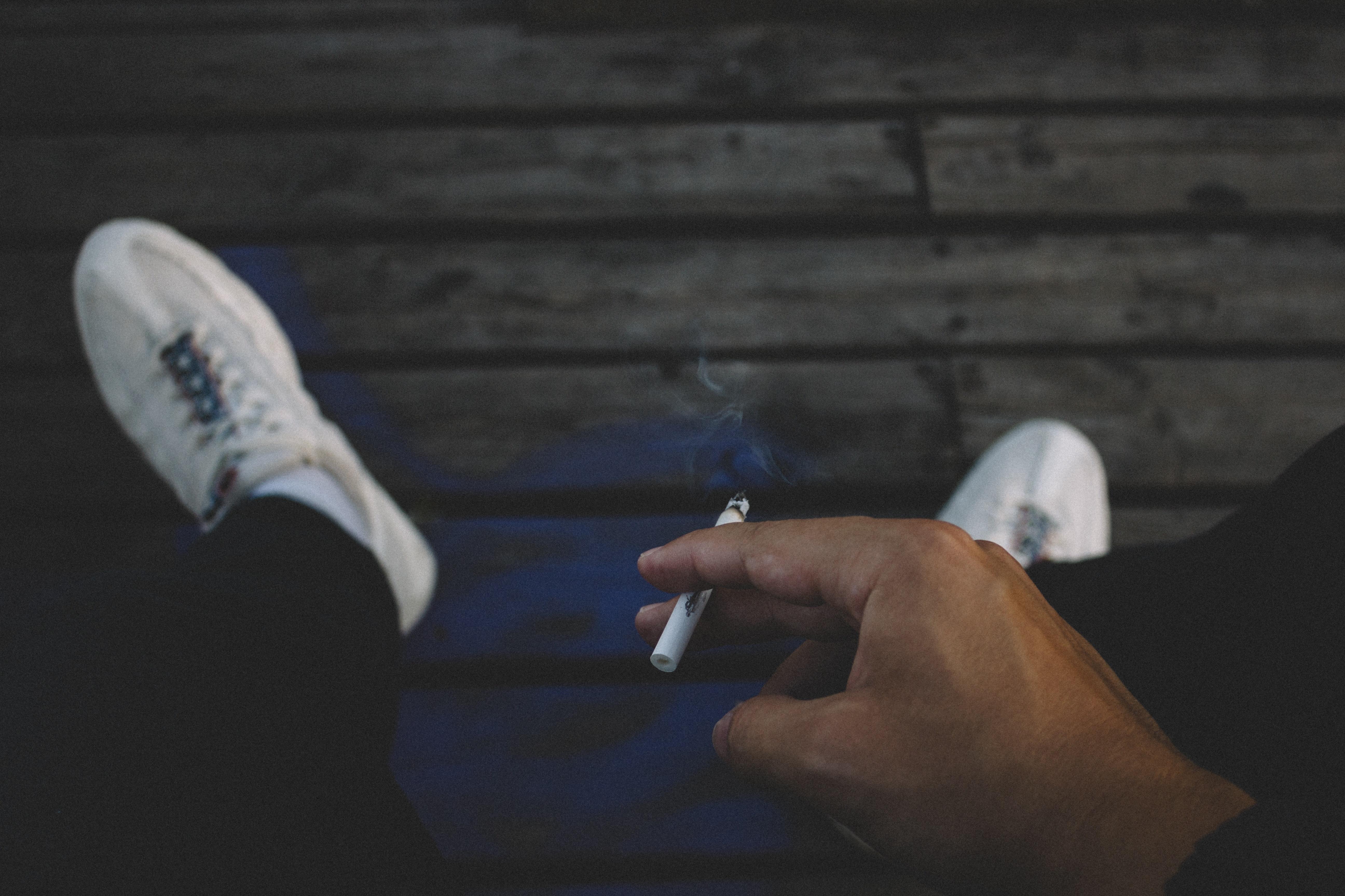 Hombre fumando un cigarro