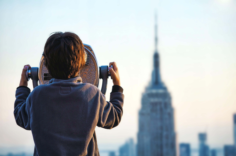 Niño viendo un edificio