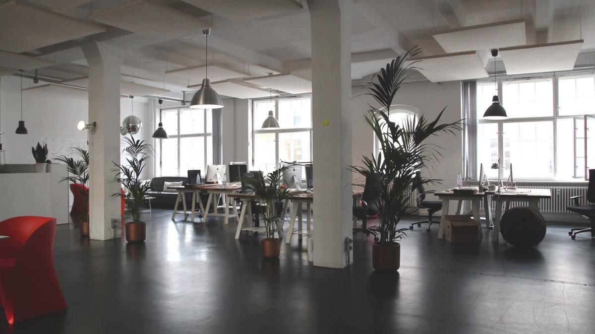 Oficina con varios escritorios
