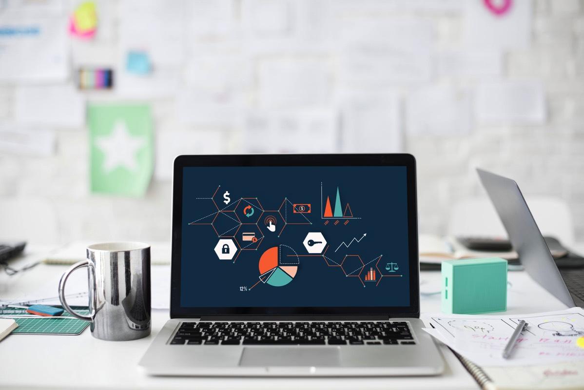 Laptop abierta con gráficos
