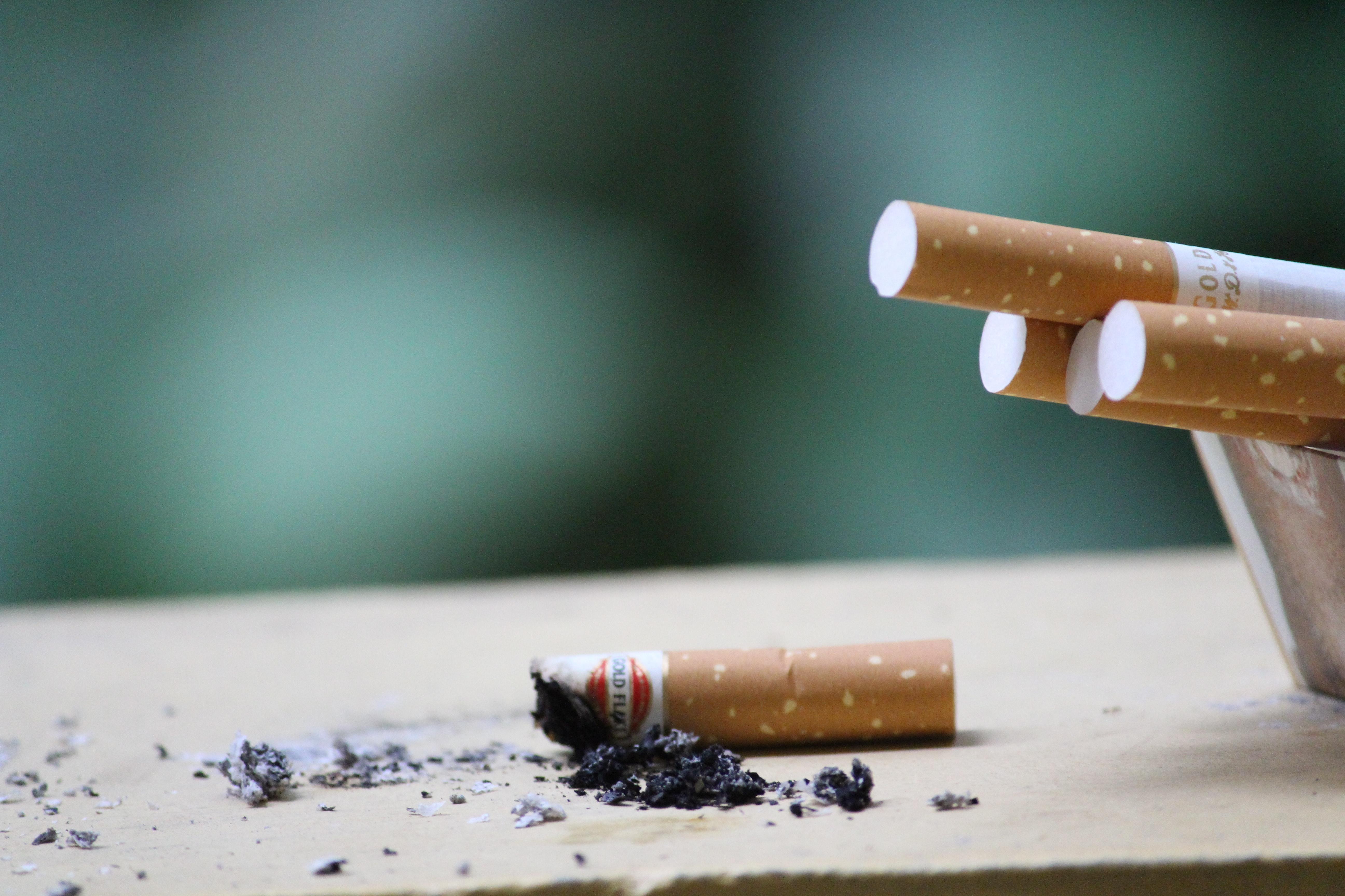 Colillas de cigarro sobre una mesa